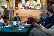 Профессор Ли Юаньчжэ объявляет программу первого дня диалога Его Святейшества Далай-ламы с китайскими квантовыми физиками. Дхарамсала, Индия. 1 ноября 2018 г. Фото: дост. Тензин Джампхел.