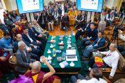 Китайские ученые слушают выступление Его Святейшества Далай-ламы в начале первого дня диалога, организованного в главном тибетском храме. Дхарамсала, Индия. 1 ноября 2018 г. Фото: дост. Тензин Джампхел.