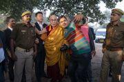 Сотрудники местной службы безопасности фотографируются с Его Святейшеством Далай-ламой во время его визита к месту паломничества. Санкиса, штат Уттар-Прадеш, Индия. 3 декабря 2018 г. Фото: Лобсанг Церинг.