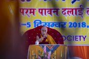Его Святейшество Далай-лама читает вводную лекцию о буддизме в начале первого дня трехдневных учений, организованных по просьбе Молодежного буддийского общества Индии. Санкиса, штат Уттар-Прадеш, Индия. 3 декабря 2018 г. Фото: Лобсанг Церинг.