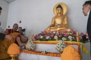Его Святейшество Далай-лама молится у статуи Будды по прибытии на площадку для проведения учений, организованных по просьбе Молодежного буддийского общества Индии. Санкиса, штат Уттар-Прадеш, Индия. 3 декабря 2018 г. Фото: Лобсанг Церинг.
