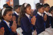 Ученики школ из соседних деревень читают молитвы на языке пали в начале первого дня учений Его Святейшества Далай-ламы. Санкиса, штат Уттар-Прадеш, Индия. 3 декабря 2018 г. Фото: Лобсанг Церинг.