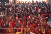 Слушатели поднимают книги с поэмой Шантидевы «Бодхичарья-аватара» в ответ на вопрос Его Святейшества Далай-ламы во время первого дня учений. Санкиса, штат Уттар-Прадеш, Индия. 3 декабря 2018 г. Фото: Лобсанг Церинг.