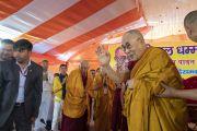 По прибытии на площадку для проведения учений, организованных по просьбе Молодежного буддийского общества Индии, Его Святейшество Далай-лама приветствует верующих. Санкиса, штат Уттар-Прадеш, Индия. 3 декабря 2018 г. Фото: Лобсанг Церинг.