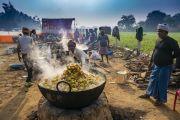 Волонтеры готовят обед, которым будут угощать более 15 000 слушателей, собравшихся на учения Его Святейшества Далай-ламы, организованные по просьбе Молодежного буддийского общества Индии. Санкиса, штат Уттар-Прадеш, Индия. 3 декабря 2018 г. Фото: Лобсанг Церинг.