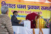 Переводчик на хинди во время первого дня учений Его Святейшества Далай-ламы. Санкиса, штат Уттар-Прадеш, Индия. 3 декабря 2018 г. Фото: Лобсанг Церинг.