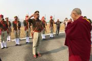 Почетный караул торжественно провожает Его Святейшество Далай-ламу в аэропорту Фаррукхабада по завершении его четырехдневного визита в Санкису. Штат Уттар-Прадеш, Индия. 5 декабря 2018 г. Фото: Тензин Такла.