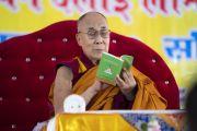Его Святейшество Далай-лама читает строфы текста в ходе заключительного дня учений, организованных по просьбе Молодежного буддийского общества Индии. Санкиса, штат Уттар-Прадеш, Индия. 5 декабря 2018 г. Фото: Лобсанг Церинг.