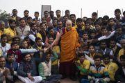 Его Святейшество Далай-лама фотографируется с волонтерами и представителями Молодежного буддийского общества Индии, организовавшими учения. Санкиса, штат Уттар-Прадеш, Индия. 5 декабря 2018 г. Фото: Лобсанг Церинг.