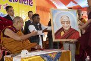 Местный художник преподносит Его Святейшеству Далай-ламе его портрет в начале заключительного дня учений, организованных по просьбе Молодежного буддийского общества Индии. Санкиса, штат Уттар-Прадеш, Индия. 5 декабря 2018 г. Фото: Лобсанг Церинг.