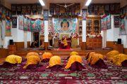 Старшие монахи, которые будут исполнять роль помощников во время церемонии дарования полных монашеских обетов, делают простирания перед изображениями Будды в резиденции Далай-ламы. Дхарамсала, Индия. 8 марта 2019 г. Фото: дост. Тензин Джампхел.