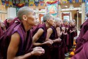 Монахи, готовящиеся принять полные монашеские обеты, ожидают, когда Его Святейшество Далай-лама начнет церемонию. Дхарамсала, Индия. 8 марта 2019 г. Фото: дост. Тензин Джампхел.