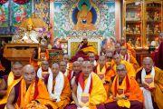 По завершении церемонии Его Святейшество Далай-лама фотографируется с монахами, только что принявшими полные монашеские обеты. Дхарамсала, Индия. 8 марта 2019 г. Фото: дост. Тензин Джампхел.