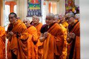 Монахи слушают наставления Его Святейшества Далай-ламы по завершении церемонии дарования полных монашеских обетов. Дхарамсала, Индия. 8 марта 2019 г. Фото: дост. Тензин Джампхел.