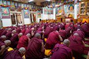 Монахи, готовящиеся принять полные монашеские обеты, возносят молитвы вместе с Его Святейшеством Далай-ламой. Дхарамсала, Индия. 8 марта 2019 г. Фото: дост. Тензин Джампхел.