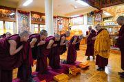 Его Святейшество Далай-лама приветствует кандидатов, готовящихся принять полные монашеские обеты. Дхарамсала, Индия. 8 марта 2019 г. Фото: дост. Тензин Джампхел.