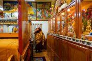 Его Святейшество Далай-лама выражает знаки почтения у изображений божеств в своей прежней резиденции перед началом церемонии дарования полных монашеских обетов. Дхарамсала, Индия. 8 марта 2019 г. Фото: дост. Тензин Джампхел.
