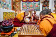 Его Святейшество Далай-лама преподносит статуэтки Будды монахам, только что принявшим полные монашеские обеты в его резиденции. Дхарамсала, Индия. 8 марта 2019 г. Фото: дост. Тензин Джампхел.