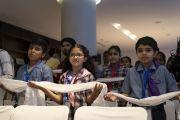 Юные участники семинаров по светской этике из стран Ассоциации регионального сотрудничества Южной Азии (СААРК) держат тибетские белые шарфы в знак почтения Его Святейшеству Далай-ламе, прибывающему на встречу. Нью-Дели, Индия. 4 апреля 2019 г. Фото: Тензин Чойджор.