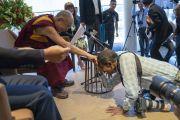 Индийский фотограф выражает почтение Его Святейшеству Далай-ламе по завершении пресс-конференции, приуроченной к запуску школьной программы социального, эмоционального и этического обучения (СЭЭО). Нью-Дели, Индия. 4 апреля 2019 г. Фото: Тензин Чойджор.