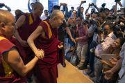 Его Святейшество Далай-лама прибывает на пресс-конференцию, чтобы анонсировать запуск школьной программы социального, эмоционального и этического обучения (СЭЭО). Нью-Дели, Индия. 4 апреля 2019 г. Фото: Тензин Чойджор.