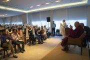Раджив Махротра из Фонда глобальной ответственности под эгидой Далай-ламы, организовавший встречу Его Святейшества с участниками семинаров по светской этике из стран Ассоциации регионального сотрудничества Южной Азии (СААРК), обращается к собравшимся по завершении встречи. Нью-Дели, Индия. 4 апреля 2019 г. Фото: Тензин Чойджор.