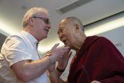 Его Святейшество Далай-лама и его давний друг Ричард Мур, лишившийся зрения в детстве и простивший выстрелившего в него солдата, обмениваются приветствиями перед началом встречи с журналистами. Нью-Дели, Индия. 4 апреля 2019 г. Фото: Тензин Чойджор.