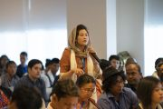 Одна из слушательниц задает вопрос Его Святейшеству Далай-ламе во время встречи с участниками семинаров по светской этике из стран Ассоциации регионального сотрудничества Южной Азии (СААРК). Нью-Дели, Индия. 4 апреля 2019 г. Фото: Тензин Чойджор.