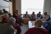 Его Святейшество Далай-лама беседует с индийскими профессорами, работающими над проектом, посвященным древнеиндийскому знанию. Нью-Дели, Индия. 5 апреля 2019 г. Фото: Тензин Чойджор.