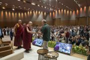 Его Святейшество Далай-лама поднимается на сцену в начале первого дня двухдневной международной конференции, посвященной программе СЭЭО. Нью-Дели, Индия. 5 апреля 2019 г. Фото: Тензин Чойджор.