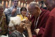 Его Святейшество Далай-лама приветствует одну из слушательниц, покидая конференц-зал отеля Андаз по завершении утренней сессии первого дня международной презентации школьной программы социального, эмоционального и этического образования (СЭЭО). Нью-Дели, Индия. 5 апреля 2019 г. Фото: Тензин Чойджор.