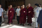 Его Святейшество Далай-лама направляется в конференц-зал отеля «Андаз» в начале второго дня международной презентации программы социального, эмоционального и этического образования (СЭЭО). Нью-Дели, Индия. 6 апреля 2019 г. Фото: Тензин Чойджор.