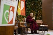 Его Святейшество Далай-лама делает пару глотков чая, отвечая на вопросы слушателей во время второго дня международной презентации программы СЭЭО. Нью-Дели, Индия. 6 апреля 2019 г. Фото: Тензин Чойджор.