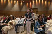 Одна из слушательниц задает вопрос Его Святейшеству Далай-ламе в ходе второго дня международной презентации программы СЭЭО. Нью-Дели, Индия. 6 апреля 2019 г. Фото: Тензин Чойджор.