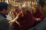 По прибытии в конференц-зал отеля «Андаз» в начале второго дня международной презентации программы СЭЭО Его Святейшество Далай-лама приветствует гостей церемонии. Нью-Дели, Индия. 6 апреля 2019 г. Фото: Тензин Чойджор.