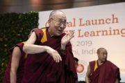 Поднявшись на сцену в начале второго дня международной презентации программы СЭЭО, Его Святейшество Далай-лама приветствует гостей церемонии. Нью-Дели, Индия. 6 апреля 2019 г. Фото: Тензин Чойджор.