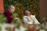Его Святейшество Далай-лама смеется над шуткой, беседуя с одним из содокладчиков Аджаем Пирамалом во время второго дня международной презентации программы СЭЭО. Нью-Дели, Индия. 6 апреля 2019 г. Фото: Тензин Чойджор.