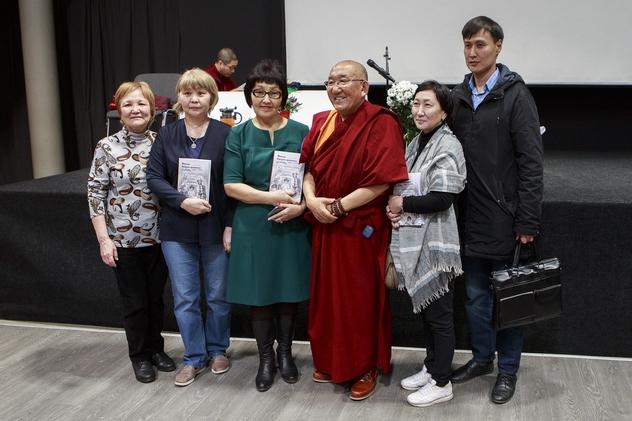 Фоторепортаж. Арджа Ринпоче представил в Москве свою автобиографию и даровал объяснение по «Двадцати одному восхвалению Тары»