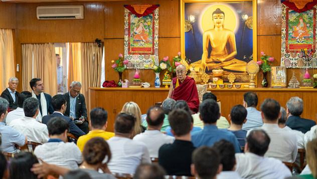 Далай-лама принял у себя в резиденции членов иранского клуба эффективного менеджмента