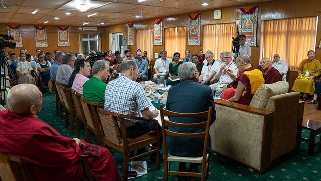 Далай-лама принял участие в научной конференции «Образование человека в третьем тысячелетии»