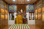 По прибытии в свою бывшую резиденцию Его Святейшество Далай-лама молится у статуи своего учителя Линга Ринпоче. Дхарамсала, Индия. 6 июля 2019 г. Фото: Тензин Чойджор.
