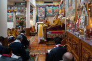 Сотрудники Центральной тибетской администрации, старшие монахи и члены семьи Далай-ламы во время молебна по случаю 84-летия Его Святейшества. Дхарамсала, Индия. 6 июля 2019 г. Фото: Тензин Чойджор.