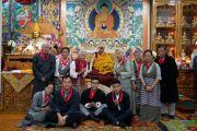 Его Святейшество Далай-лама фотографируется с членами своей семьи по завершении молебна по случаю своего 84-летия. Дхарамсала, Индия. 6 июля 2019 г. Фото: Тензин Чойджор.