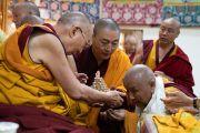 Его Святейшество Далай-лама преподносит ритуальную пилюлю долгой жизни одному из старших монахов перед началом молебна по случаю своего 84-летия. Дхарамсала, Индия. 6 июля 2019 г. Фото: Тензин Чойджор.