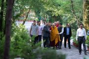 Его Святейшество Далай-лама направляется в свою бывшую резиденцию, чтобы принять участие в молебне по случаю своего 84-летия. Дхарамсала, Индия. 6 июля 2019 г. Фото: Тензин Чойджор.