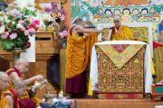 Монах монастыря Намгьял помогает Его Святейшеству Далай-ламе выполнять ритуальные церемонии во время молебна по случаю 84-летия Его Святейшества. Дхарамсала, Индия. 6 июля 2019 г. Фото: Тензин Чойджор.
