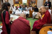 Бывшая студентка фонда «Тонглен» читает письмо со словами почтения и благодарности Его Святейшеству Далай-ламе за оказываемую им помощь и поддержку нуждающимся. Дхарамсала, Индия. 7 июля 2019 г. Фото: Тензин Чойджор.
