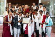 Его Святейшество Далай-лама фотографируется со студентами и сотрудниками благотворительного фонда «Тонглен», оказывающего поддержку нуждающимся людям, живущим в трущобах. Дхарамсала, Индия. 7 июля 2019 г. Фото: Тензин Чойджор.