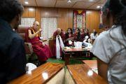 Его Святейшество Далай-лама дарует наставления студентам и сотрудникам благотворительного фонда «Тонглен», оказывающего поддержку нуждающимся людям, живущим в трущобах. Дхарамсала, Индия. 7 июля 2019 г. Фото: Тензин Чойджор.