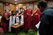 Его Святейшество Далай-лама прибывает на встречу со студентами и сотрудниками благотворительного фонда «Тонглен», оказывающего поддержку и предоставляющего возможность учиться нуждающимся людям, живущим в трущобах. Дхарамсала, Индия. 7 июля 2019 г. Фото: Тензин Чойджор.